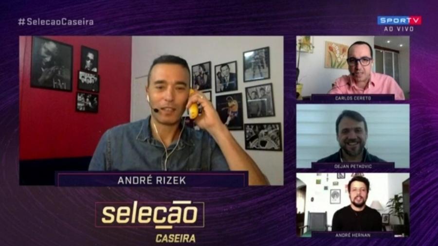 André Rizek atende telefone durante Seleção SporTV - Reprodução/SporTV