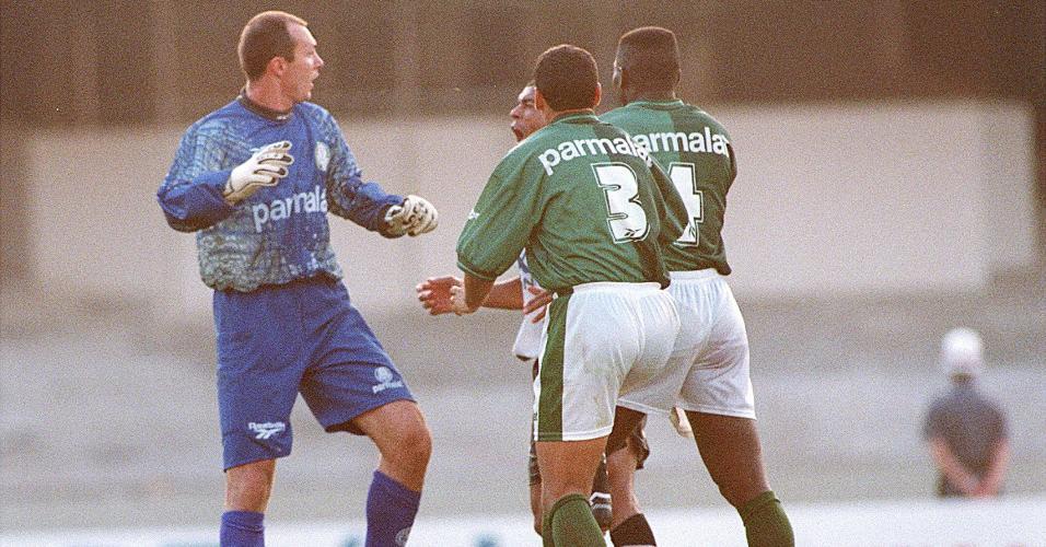 Goleiro Velloso, do Palmeiras, discute com o atacante Donizete, do Corinthians, depois de acertar Mirandinha (no chão) durante jogo no Morumbi, pelo Campeonato Brasileiro de 1997