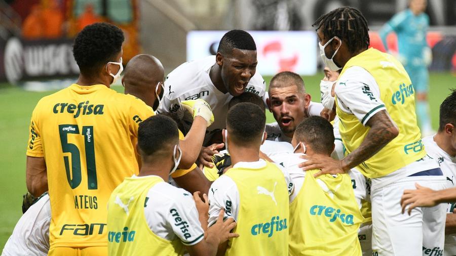 Jogadores do Palmeiras comemoram gol marcado por Raphael Veiga, contra o Ceará - Kely Pereira/AGIF