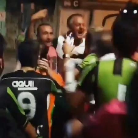 Lisca abraça torcedores na rua após classificação do América-MG na Copa do Brasil - Reprodução/Twitter