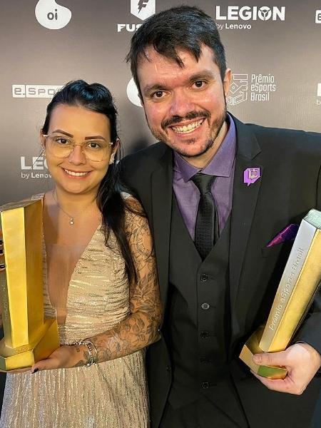 Gaules recebe os prêmios de personalidade do ano e melhor streamer ao lado da esposa Lett Pereira - Reprodução/Twitter Gaules