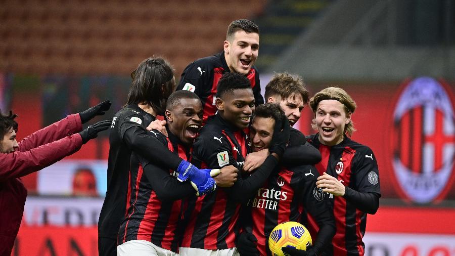 Calhanoglu comemora o pênalti que deu a classificação para o Milan com os companheiros de equipe - MIGUEL MEDINA/AFP
