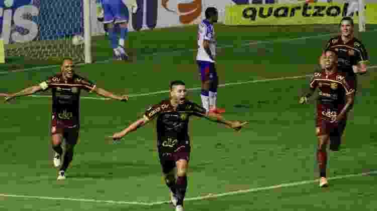 Thiago Neves comemora gol de bicicleta anotado contra o Bahia - Rafael Vieira/AGIF - Rafael Vieira/AGIF