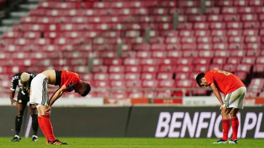 Jogadores do Benfica cabisbaixos; equipe vive má fase sob o comando de Jorge Jesus - Gualter Fatia/Getty Images