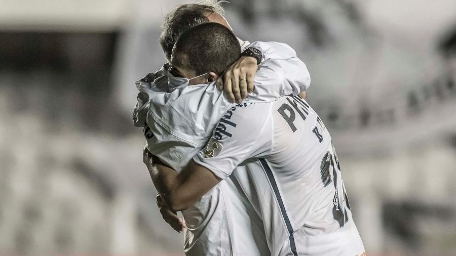 Abraço de Kaiky e Ariel Holan na vitória do Santos em cima do Deportivo Lara (VEN) pela Pré-Libertadores, em 9 de março de 2021 - Ivan Storti/Santos FC