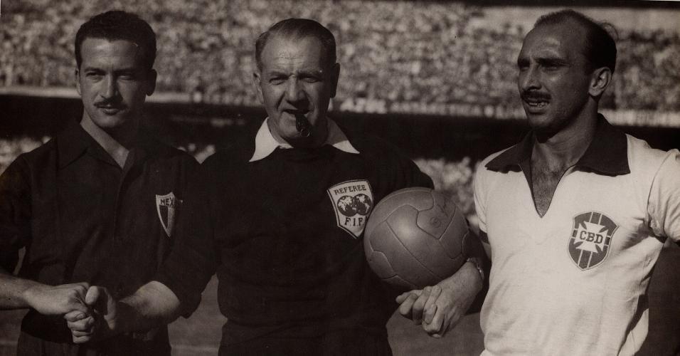 Augusto da Costa (dir.), capitão da seleção brasileira em jogo contra o México, na Copa de 1950