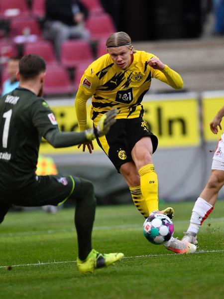 Haaland marca gol pelo Borrusia Dortmun na partida contra o Colônia - Marius Becker / POOL / AFP