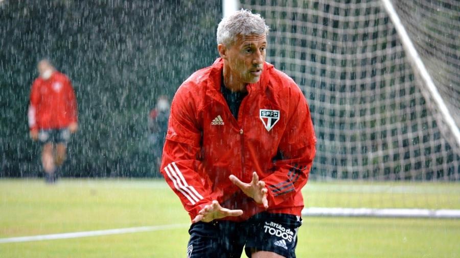 O técnico Hernán Crespo comanda treino do São Paulo debaixo de chuva, no CT da Barra Funda - Divulgação/São Paulo FC