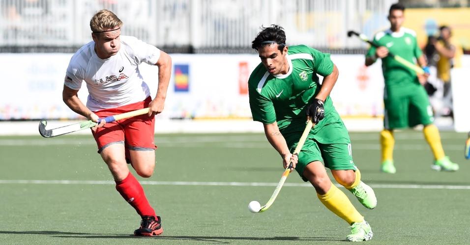 Mateus Borges, com a bola, marcou o gol do Brasil contra o EUA nas quartas de final do hóquei na grama do Pan de Toronto