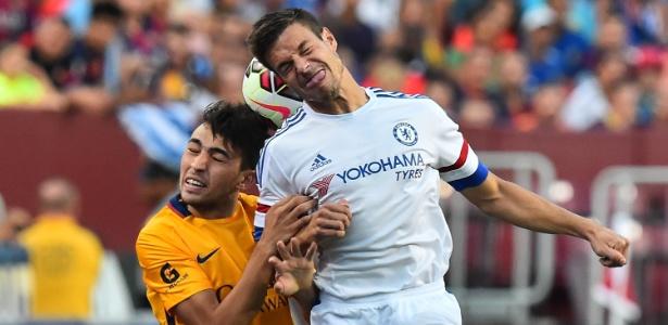 Azpilicueta e Munir disputam a bola em lance de jogo entre Chelsea e Barcelona