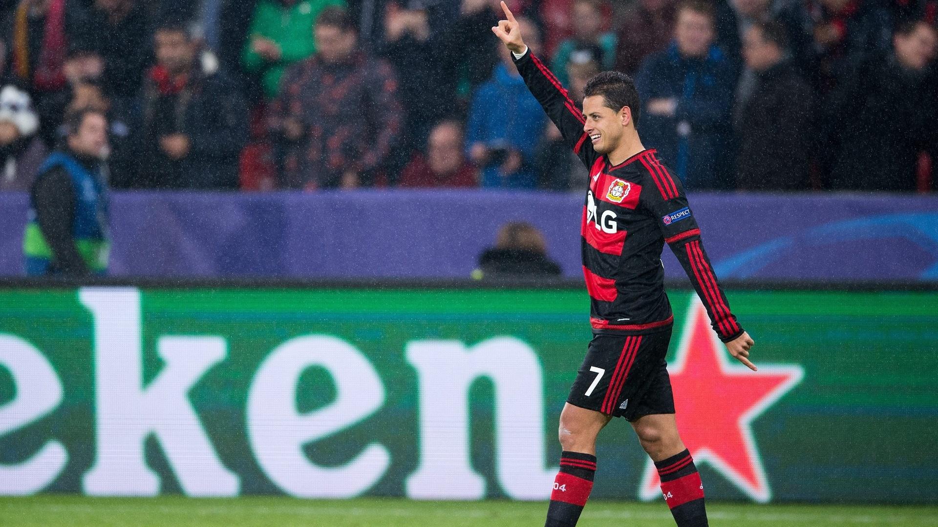 Chicharito comemora após marcar para o Bayer Leverkusen contra a Roma pela Liga dos Campeões