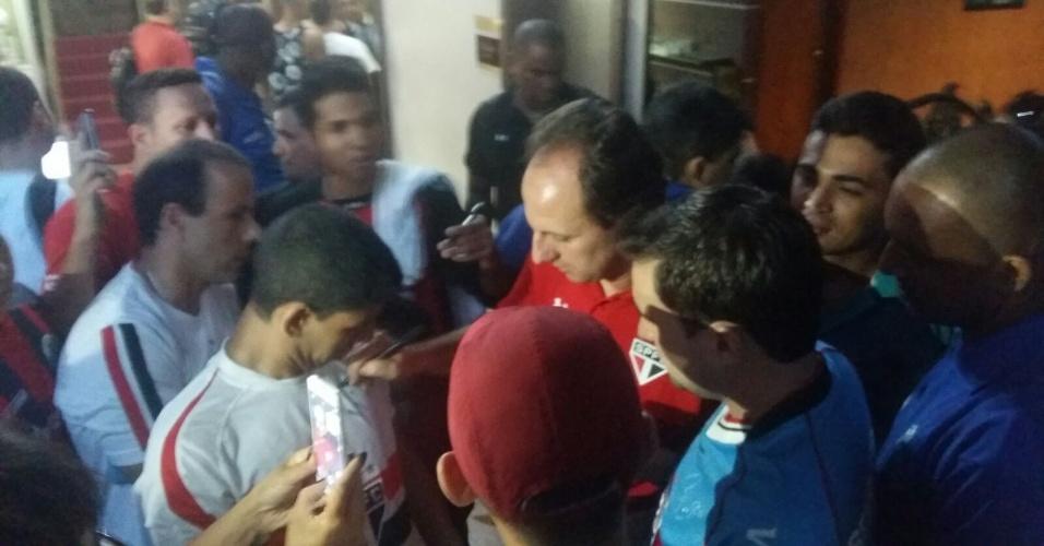 Em chegada do São Paulo a Goiânia, para última partida da equipe no Brasileirão, goleiro Rogério Ceni concede autógrafos a torcedores