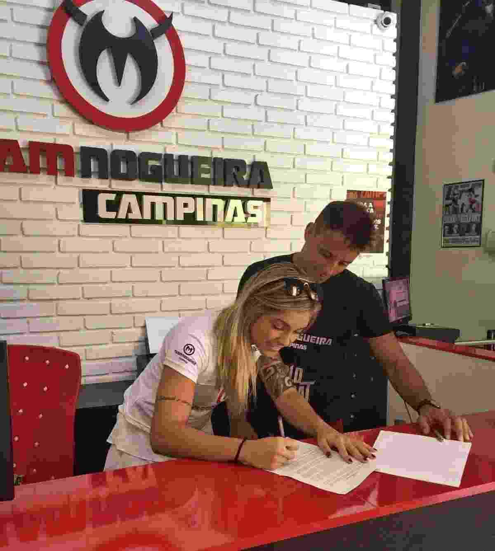 Bruna Ellen assina contrato com o Bellator na sede da Team Nogueira Campinas - Arquivo pessoal