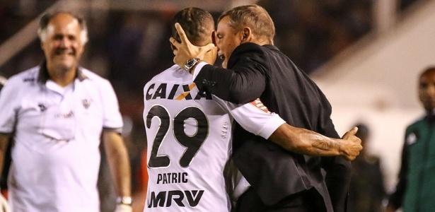 Patric abraça Diego Aguirre, após fazer o gol da virada do Atlético-MG sobre o Melgar