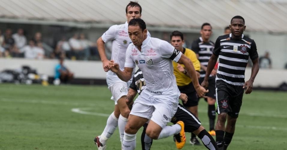 Após marcar um gol, Ricardo Oliveira sai para o ataque no jogo entre Santos e Corinthians pelo Campeonato Paulista