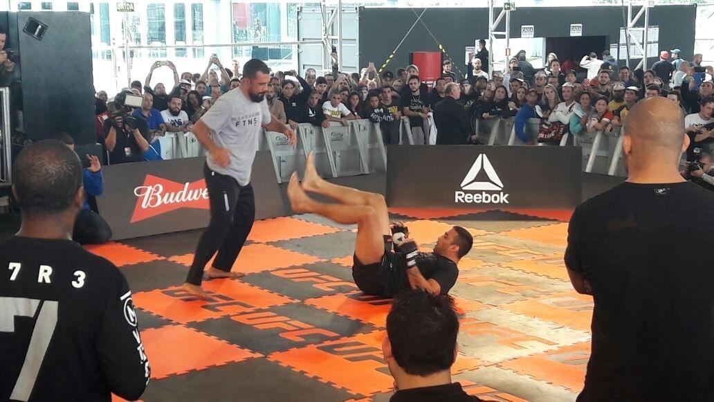 Fabricio Werdum afia guarda do jiu-jitsu em treino aberto do UFC 198