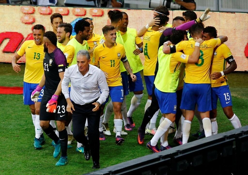 Tite comemora com jogadores gol do Brasil contra a Argentina no Mineirão
