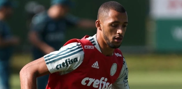 Vitor Hugo em ação em treinamento do Palmeiras