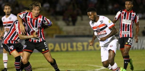 Lugano, do São Paulo, tenta barrar jogada do Botafogo-SP