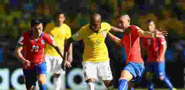 Aranguiz, Fernandinho e Felipe Gutierrez disputam bola em Brasil x Chile, jogo que classificou o Brasil para a Copa 2018 - Quinn Rooney/Getty Images