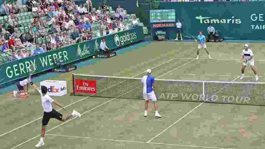 Marcelo Melo (de costas) e Lukazs Kubot (de azul e branco) esperam rivais de final - Paul Macpherson/ATP World Tour