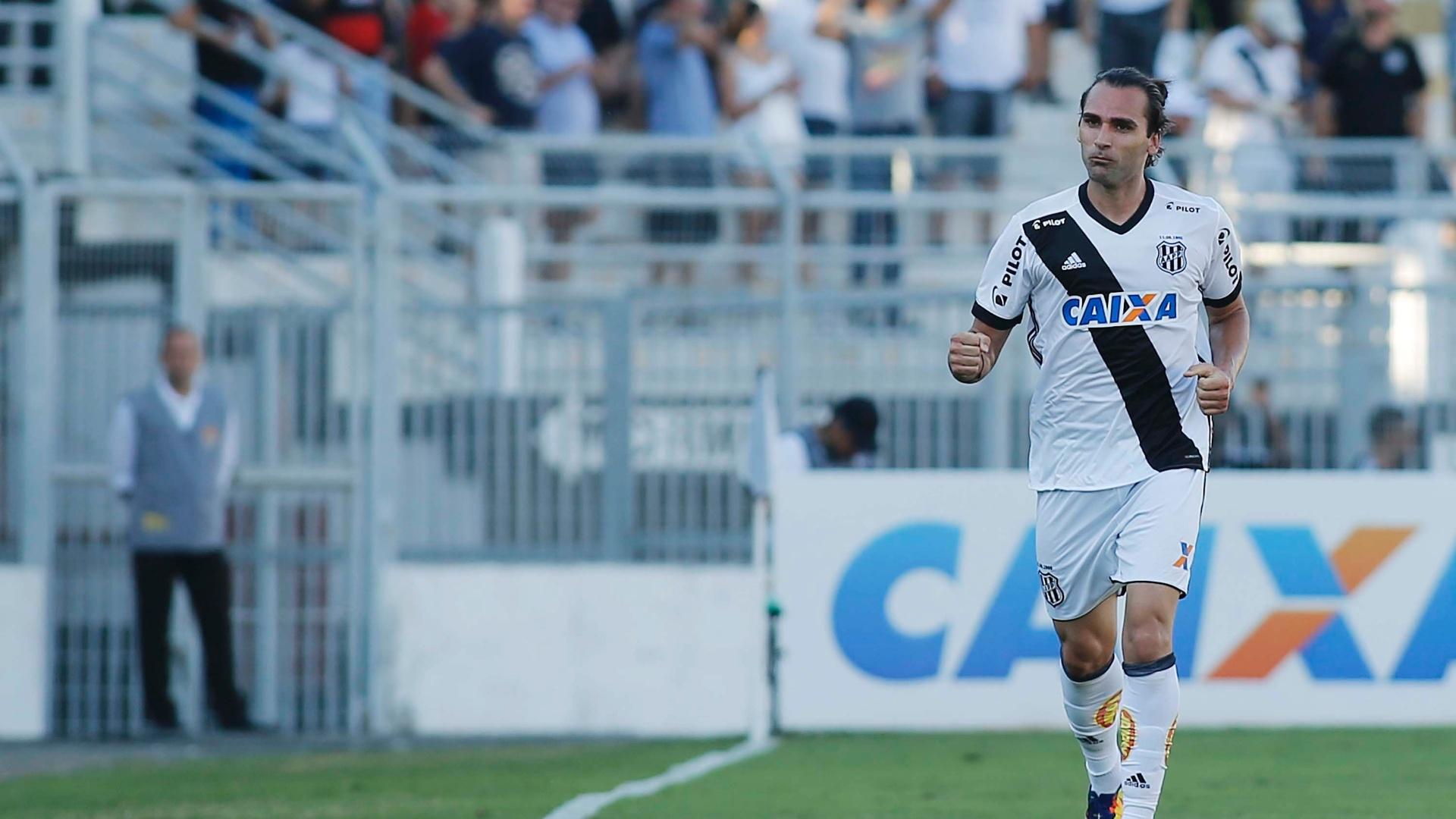 Léo Gamalho festeja ao abrir o placar para a Ponte Preta contra o Atlético-MG