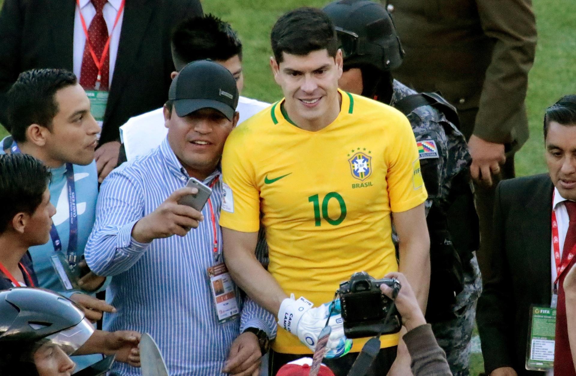 Goleiro ganha camisa de Neymar após brilhar e elogia humildade do Brasil -  05 10 2017 - UOL Esporte bd03c4835a165