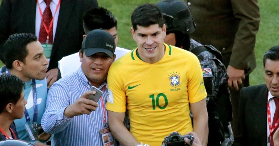 O goleiro Carlos Lampe posa para fotos com a camisa de Neymar