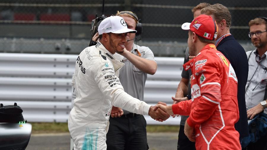 Lewis Hamilton e Sebastian Vettel se cumprimentam após o treino classificatório para o GP do Japão - AFP PHOTO / Kazuhiro NOGI