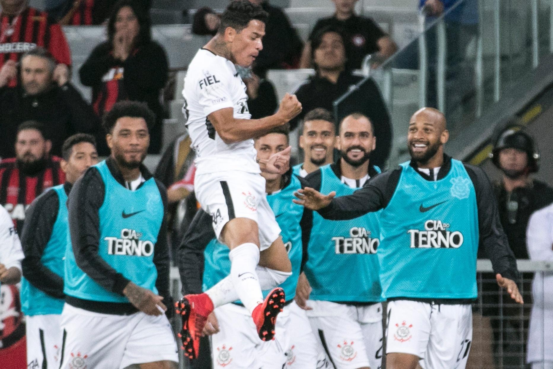 Giovanni Augusto comemora gol do Corinthians contra o Atlético-PR pelo Campeonato Brasileiro