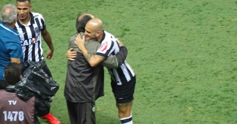 Jogadores do Atlético-MG foram até o banco do Coritiba para abraçar o técnico Marcelo Oliveira