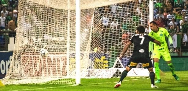 André Luis marcou duas vezes para a Ponte Preta no dérbi campineiro - PontePress/FábioLeoni