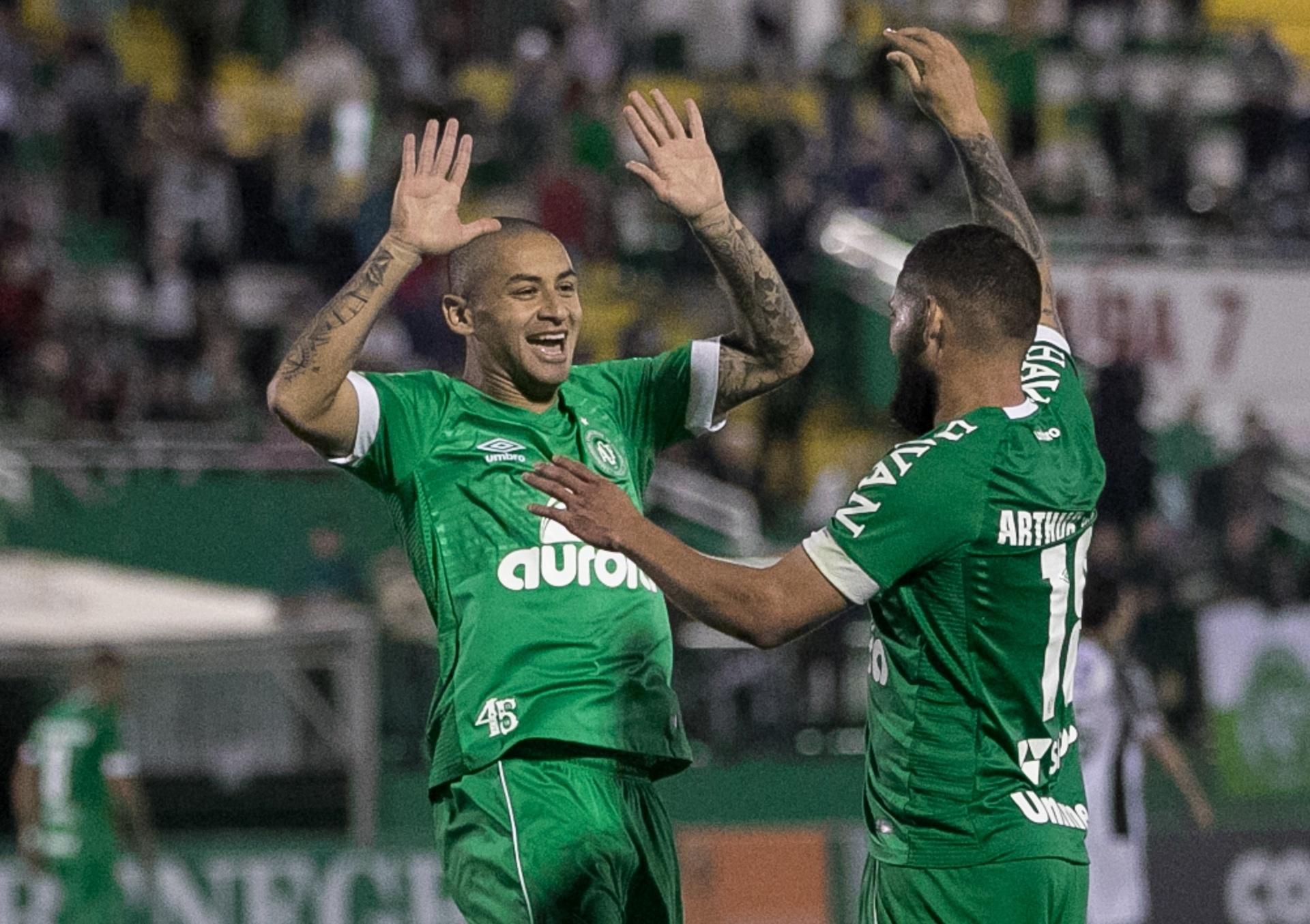 Chapecoense vence Ceará pelo alto e sai da zona de rebaixamento -  30 05 2018 - UOL Esporte 5e4f44537b5d2