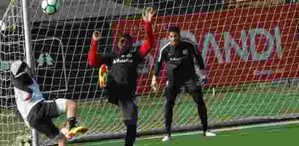 Emerson Santos (c) será reavaliado e pode perder a partida contra o Corinthians - Marinho Saldanha/UOL