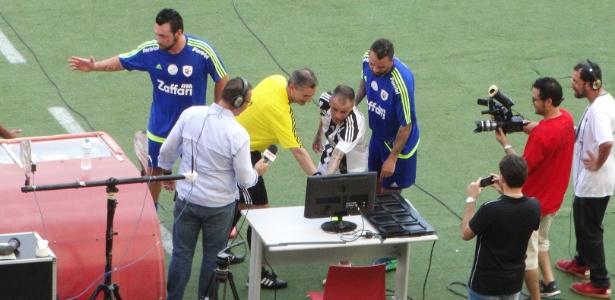 """D""""Alessandro sinaliza árbitro de vídeo em um dos gols de seu amistoso - Marinho Saldanha/UOL"""