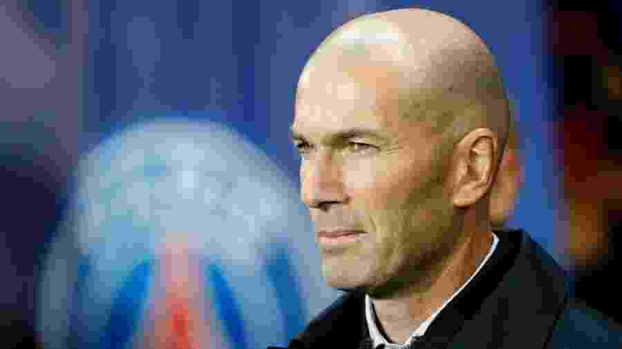 Zidane acompanha jogo entre PSG e Real Madrid no Parc des Princes - Thomas SAMSON / AFP
