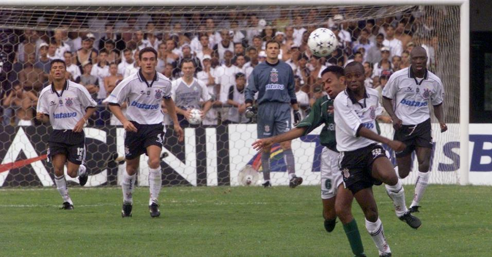 Edilson e Junior disputam bola durante a partida entre Corinthians e Palmeiras, pela Libertadores de 1999