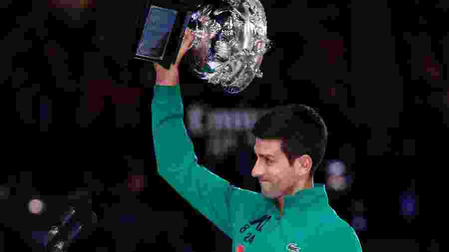 Novak Djokovic com o troféu do Australian Open 2020 - Reuters
