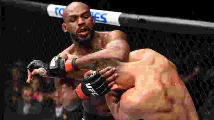 Jon Jones acerta cotovelada em Dominick Reyes, na luta principal do UFC 247 - Josh Hedges/Zuffa LLC via Getty Images - Josh Hedges/Zuffa LLC via Getty Images