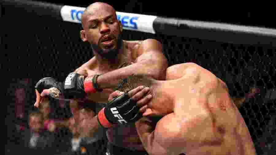 Jon Jones acerta cotovelada em Dominick Reyes, na luta principal do UFC 247 - Josh Hedges/Zuffa LLC via Getty Images