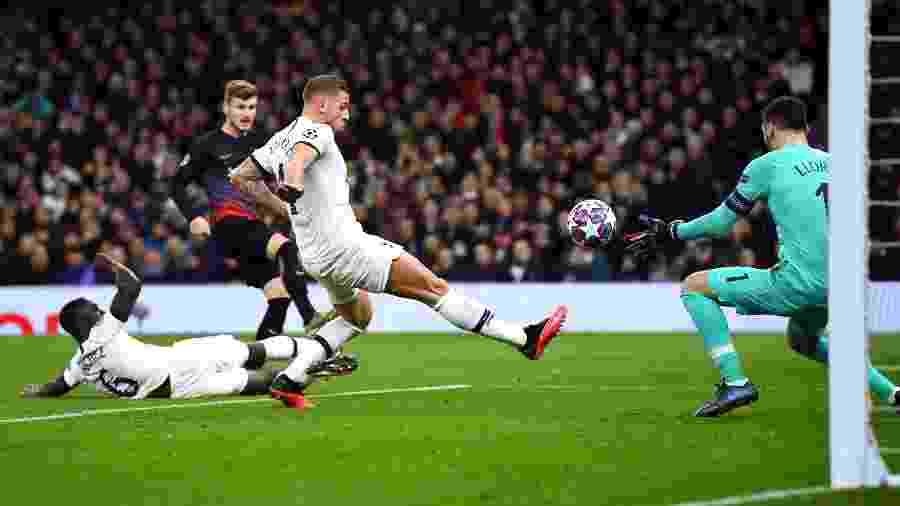 Timo Werner, do Leipzig, chuta em direção ao gol e enfrenta o goleiro do Tottenham, Hugo Lloris - Dylan Martinez/Reuters