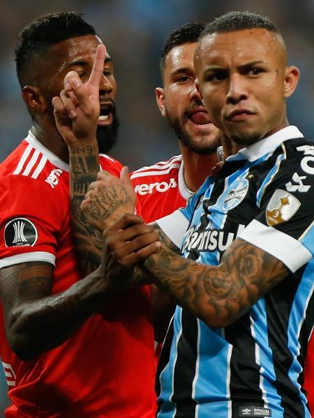 Everton Cebolinha discute com Rodinei e Boschilia no 1º tempo - Jeferson Guareze/AGIF