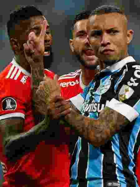 Everton Cebolinha discute com Rodinei e Boschilia durante o clássico entre Grêmio e Internacional na Libertadores 2020 - Jeferson Guareze/AGIF - Jeferson Guareze/AGIF