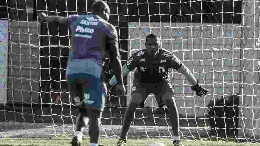 Arzul, preparador de goleiros do Santos, chuta bola contra John durante treinamento no CT Rei Pelé - Ivan Storti/Santos FC