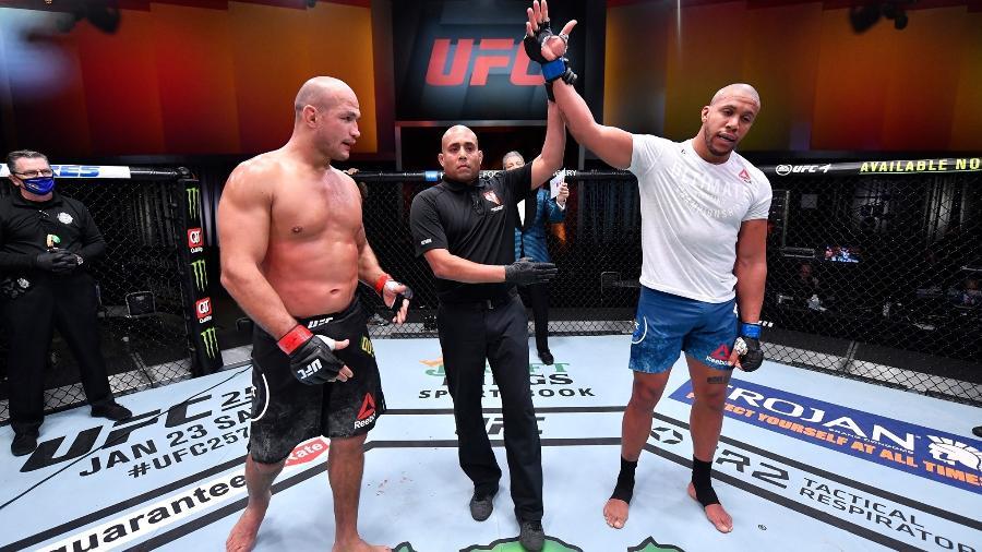 """Junior """"Cigano"""" foi nocauteado por Ciryl Gane no UFC 256, em Las Vegas (EUA) - Divulgação/UFC"""