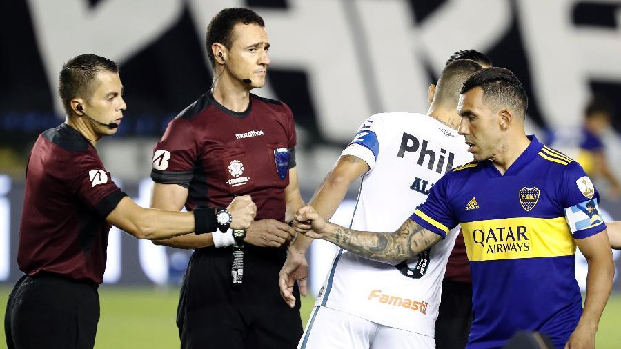Carlos Tevez cumrpimenta a arbitragem antes de Santos x Boca Juniors na final da Libertadores - Sebastiao Moreira-Pool/Getty Images