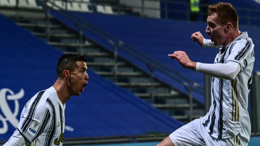 Cristiano Ronaldo e Kulusevski comemoram o primeiro gol da Juventus - MIGUEL MEDINA/AFP