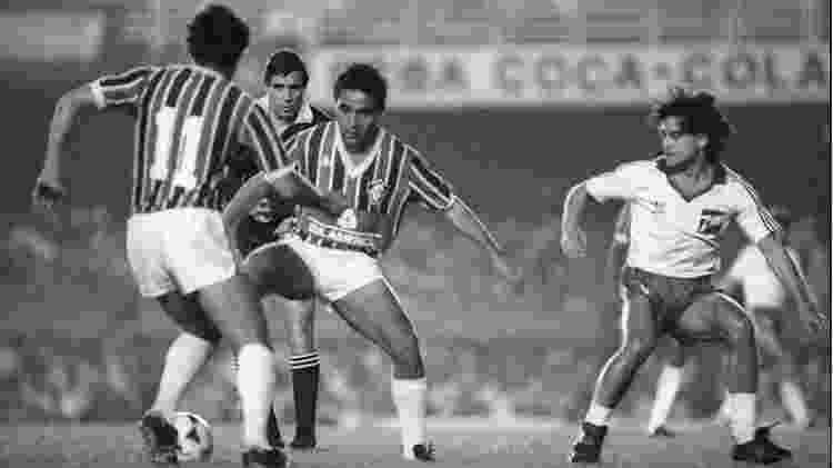 Fluminense de Deley, com a bola na foto, caiu na primeira fase da Libertadores em 1985 - Acervo Flu Memória - Acervo Flu Memória