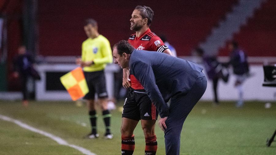 Rogério Ceni conversa com Diego durante duelo entre Flamengo e LDU, pela Libertadores -  Alexandre Vidal / Flamengo