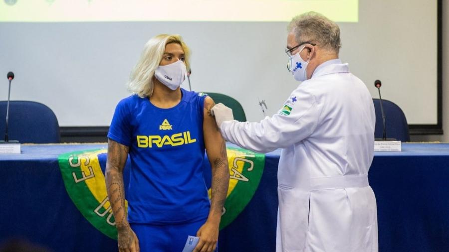 Ana Marcela Cunha recebe vacina contra a covid - Miriam Jeske/COB